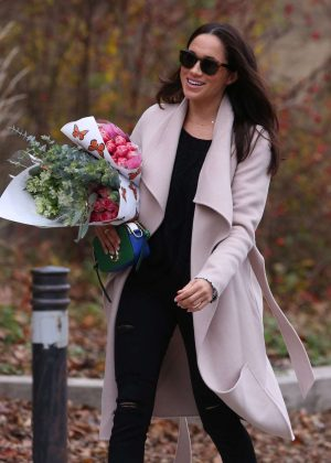 Meghan-Markle_-Shopping-for-flowers--01-300x420.jpg